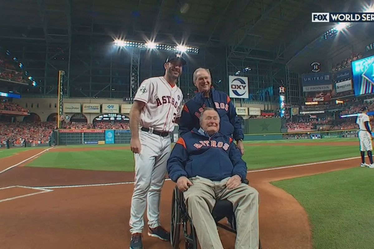 Bush 41, 43 throw ceremonial pitch at World Series