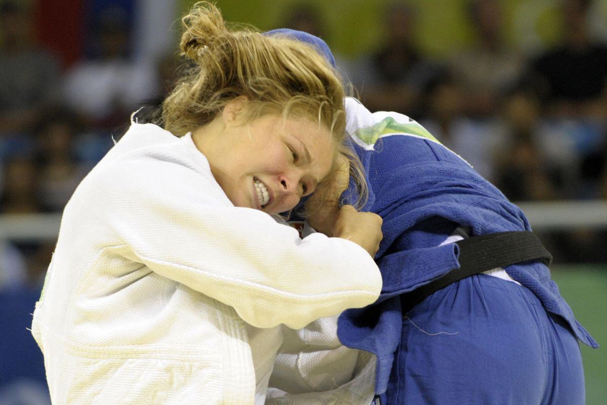 United States' Ronda Rousey (L) and Hung