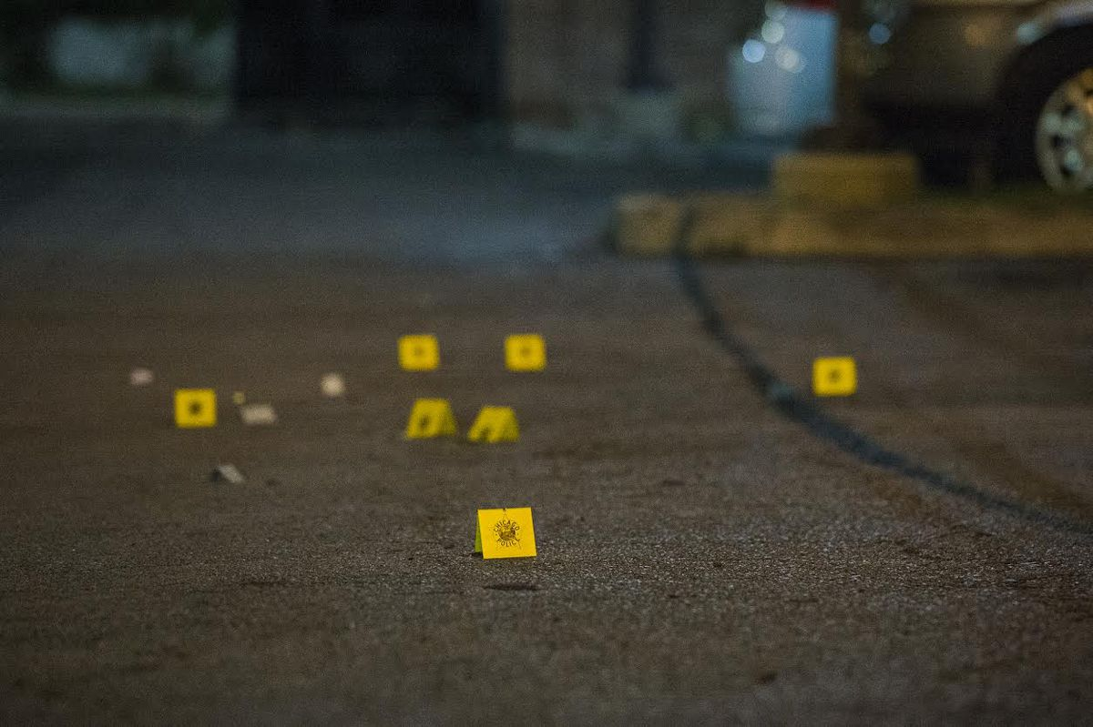 Police investigate the scene of a shooting early Tuesday in the parking lot of an apartment complex in Wentworth Gardens   Tyler LaRiviere/Sun-Times