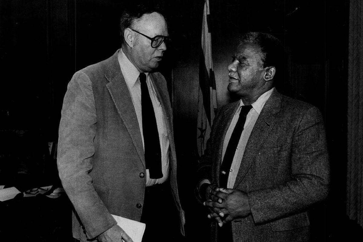 Reporter Robert J. Herguth talks with Chicago Mayor Harold Washington in 1983.
