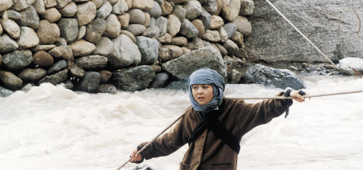 Lateef in the film Baran carries cement on rope