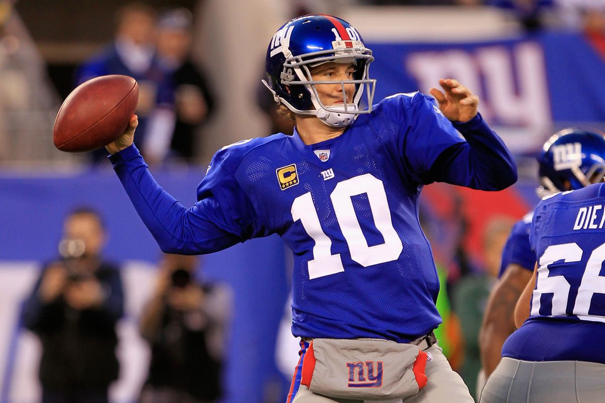 Eli Manning of the New York Giants throws a 67-yard touchdown in the first quarter to Travis Beckum against the Green Bay Packers at MetLife Stadium on December 4, 2011 in East Rutherford, New Jersey.  (Photo by Chris Trotman/Getty Images)