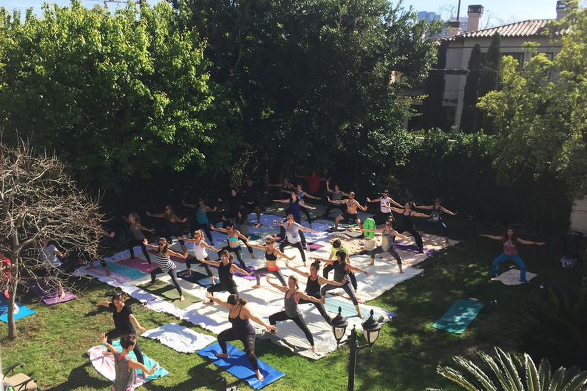 """This month's Racked Fit Club <a href=""""http://la.racked.com/2015/3/5/8153939/racked-fit-club-eater-recap#4685004"""">event</a> with Handstand App."""