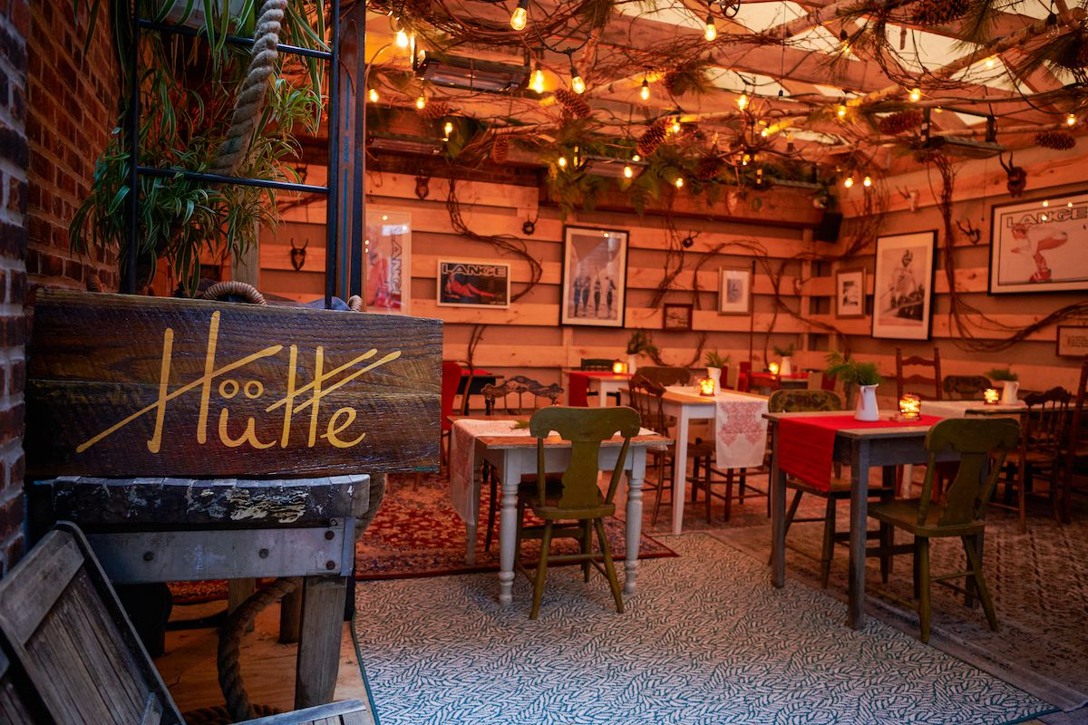 The covered seating of the restaurant Hütte