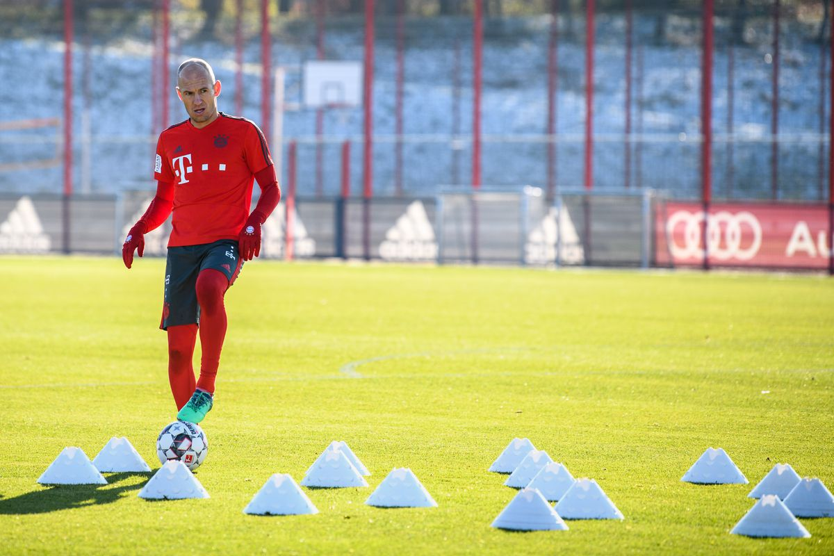 20 November 2018, Bavaria, München: Arjen Robben from FC Bayern Munich plays the ball during a training session on the training ground at Säbener Straße.