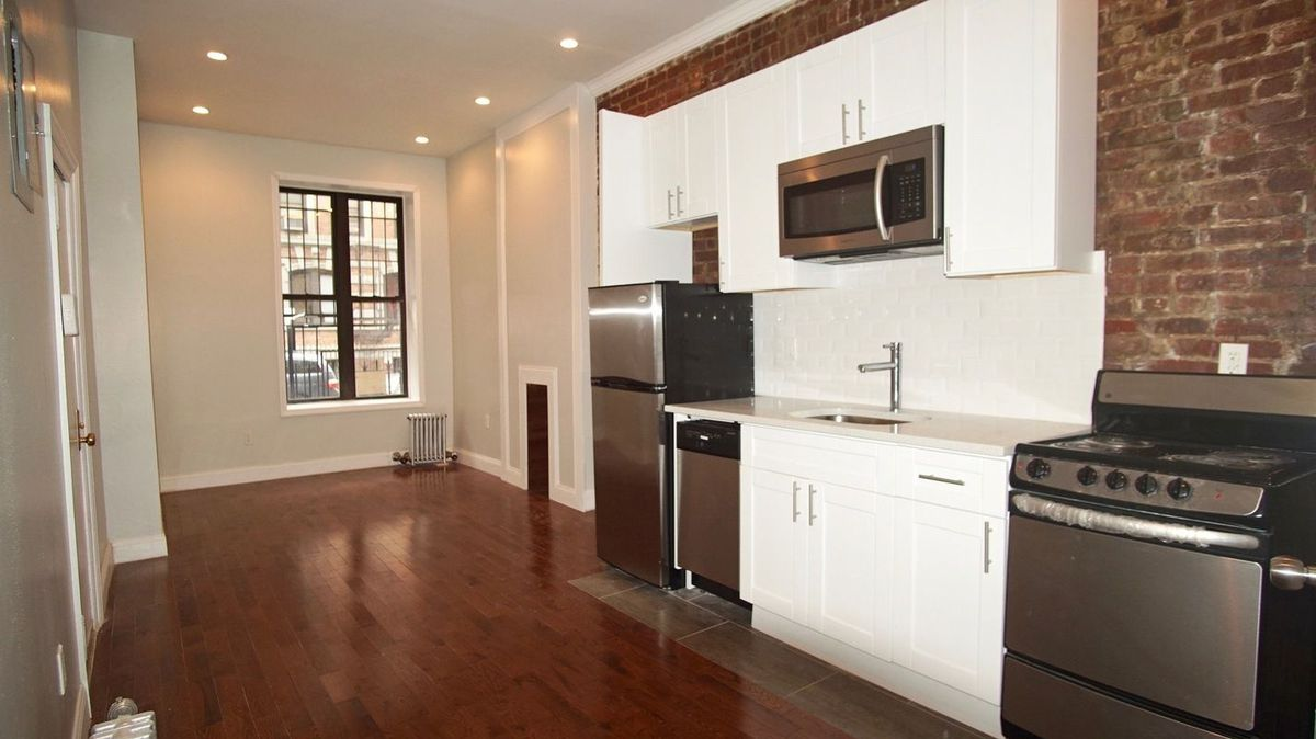 A Tiny Studio In Washington Heights Is Renting For 1 625 Month There Isn T Much To Work With Terms Of E But Few Nice Touches That Include