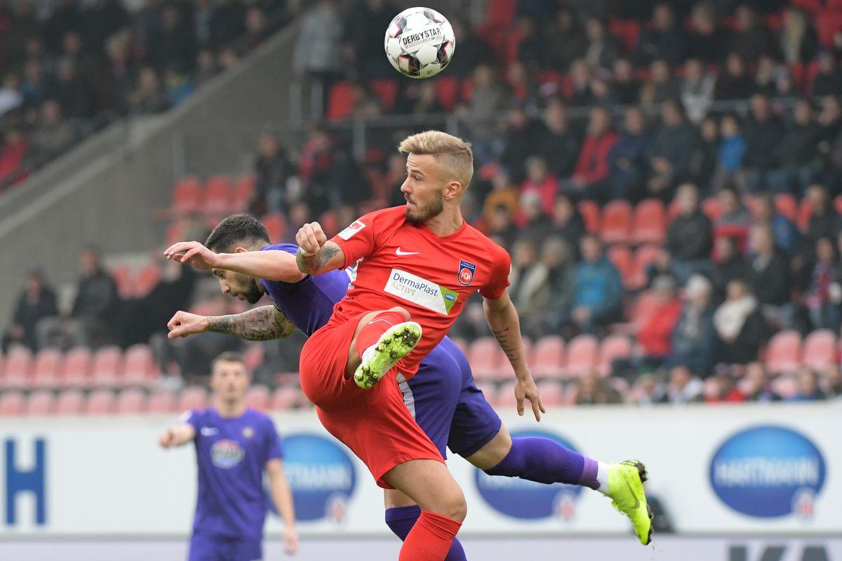 04 November 2018, Baden-Wuerttemberg, Heidenheim: Soccer: 2nd Bundesliga, 1st FC Heidenheim - Erzgebirge Aue, 12th matchday in the Voith Arena. Heidenheim's Niklas Dorsch (front, right) and Calogero Rizzuto von Aue fight for the ball.