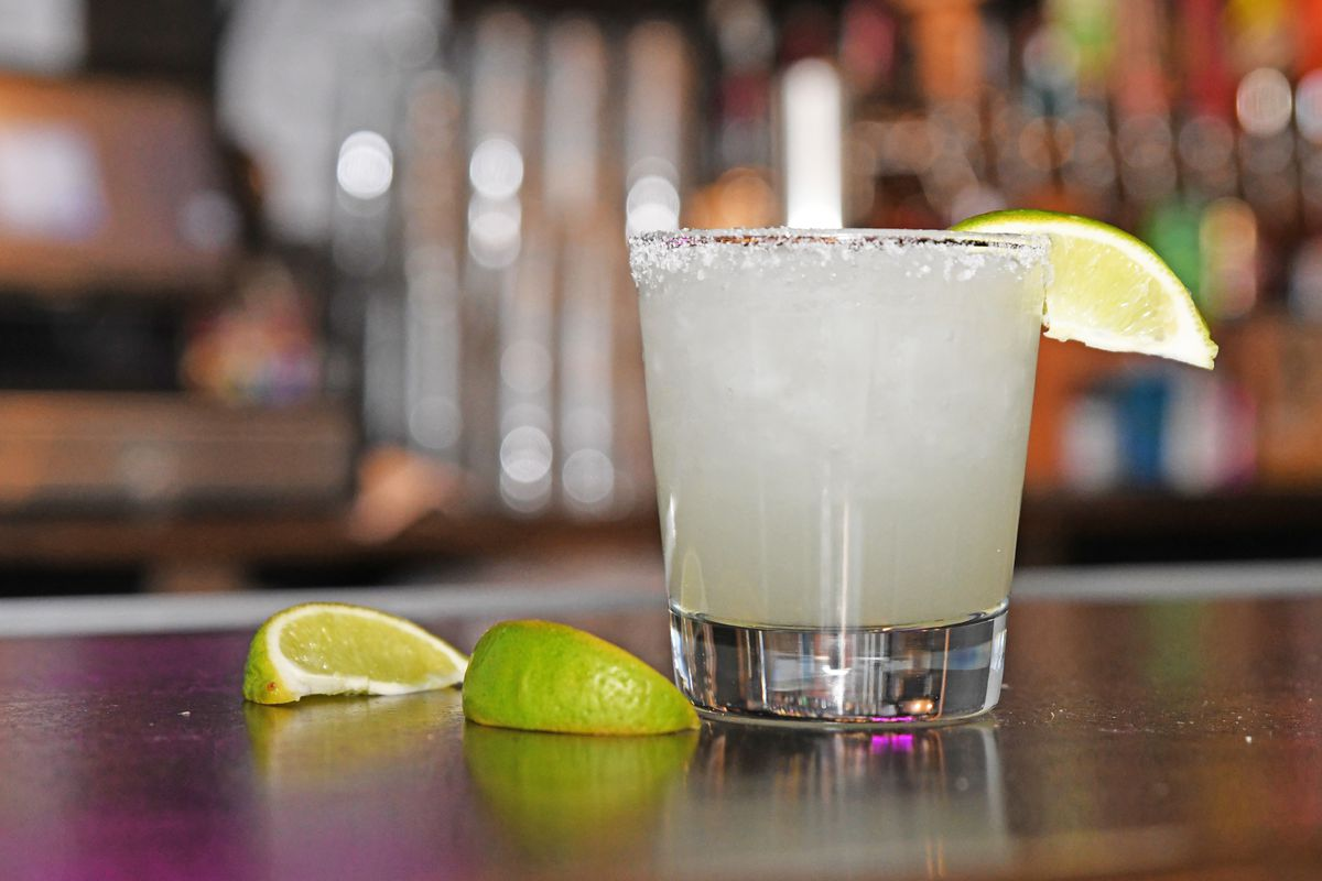 margarita with lime slices