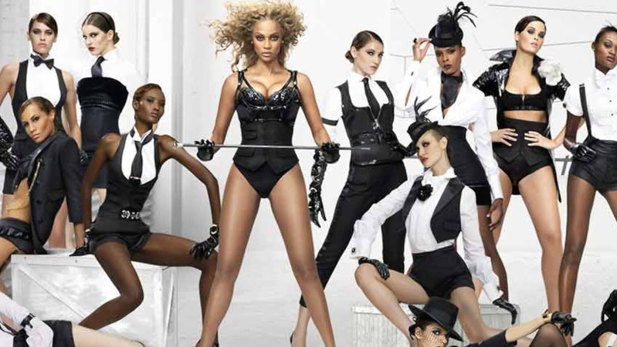 Tyra Banks and the cast of America's Next Top Model cycle 10