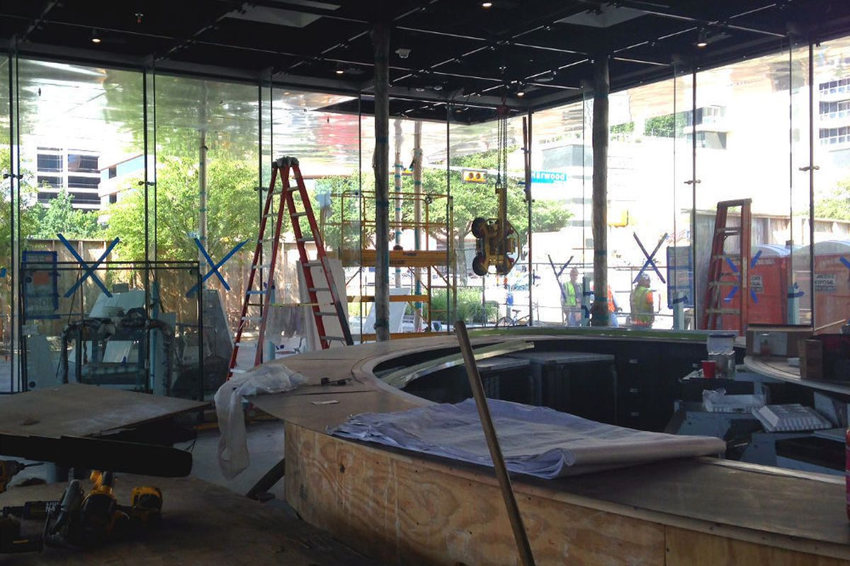 <em>Savor's lounge area will have an LED-adorned kidney-shaped bar. [Photos: EDFW]</em>