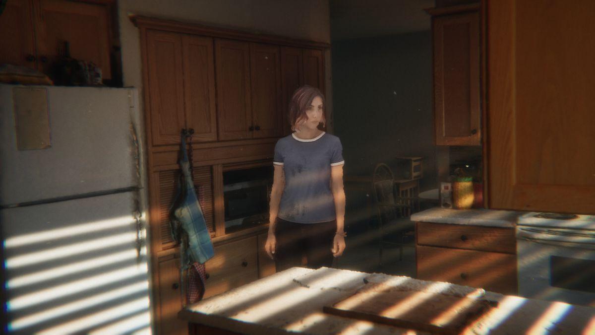 Un primer plano de una de las secuencias volumétricas de Demonic, con un actor entrando en una cocina dramáticamente iluminada.