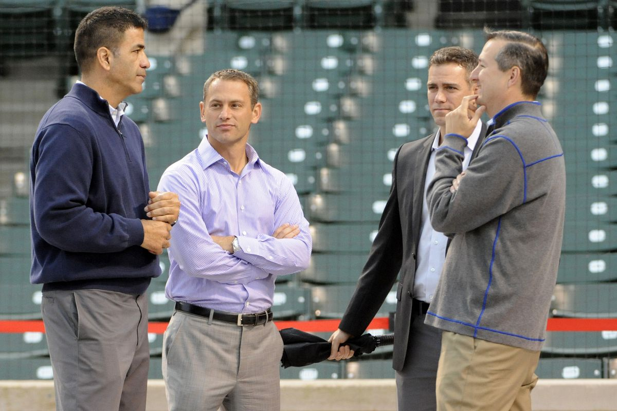 McLeod, left, chats with Cubs President Theo Epstein and owner Tom Ricketts.