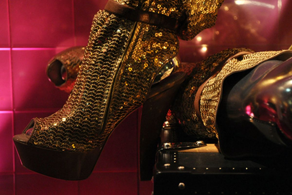 """""""What the Forever 21 is this!?"""" Glitz at Louis Vuitton via <a href=""""http://modelizing.blogspot.com/2009/11/louis-vuitton-holiday-windows.html?utm_source=feedburner&amp;utm_medium=feed&amp;utm_campaign=Feed%3A+Modelizing+%28Modelizing%29&amp;utm_cont"""