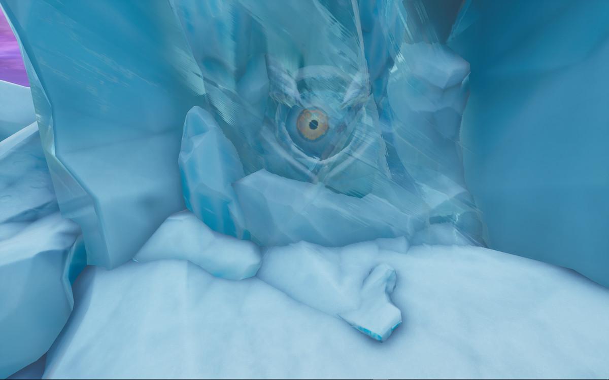 一个巨大的海洋生物正在Fortnite岛周围游泳,背面是Polar Peak