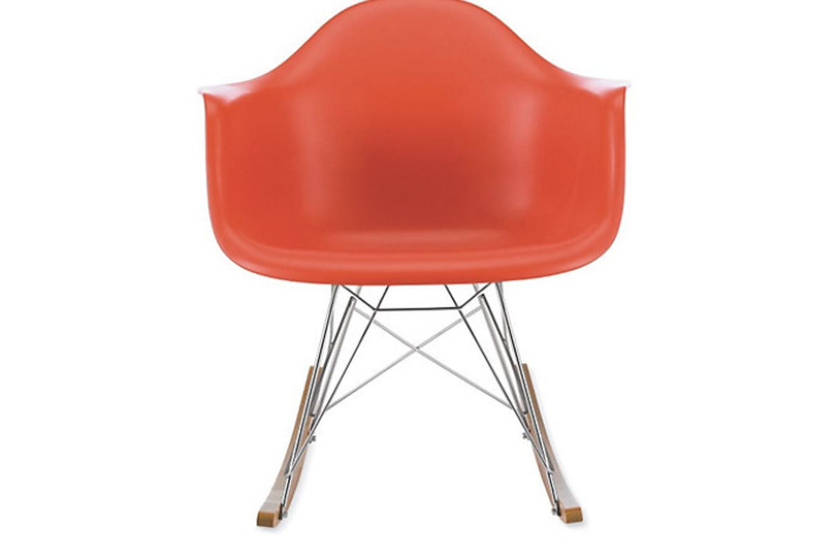 De Eames Stoel : Iconic eames chair returns to its fiberglass roots the verge