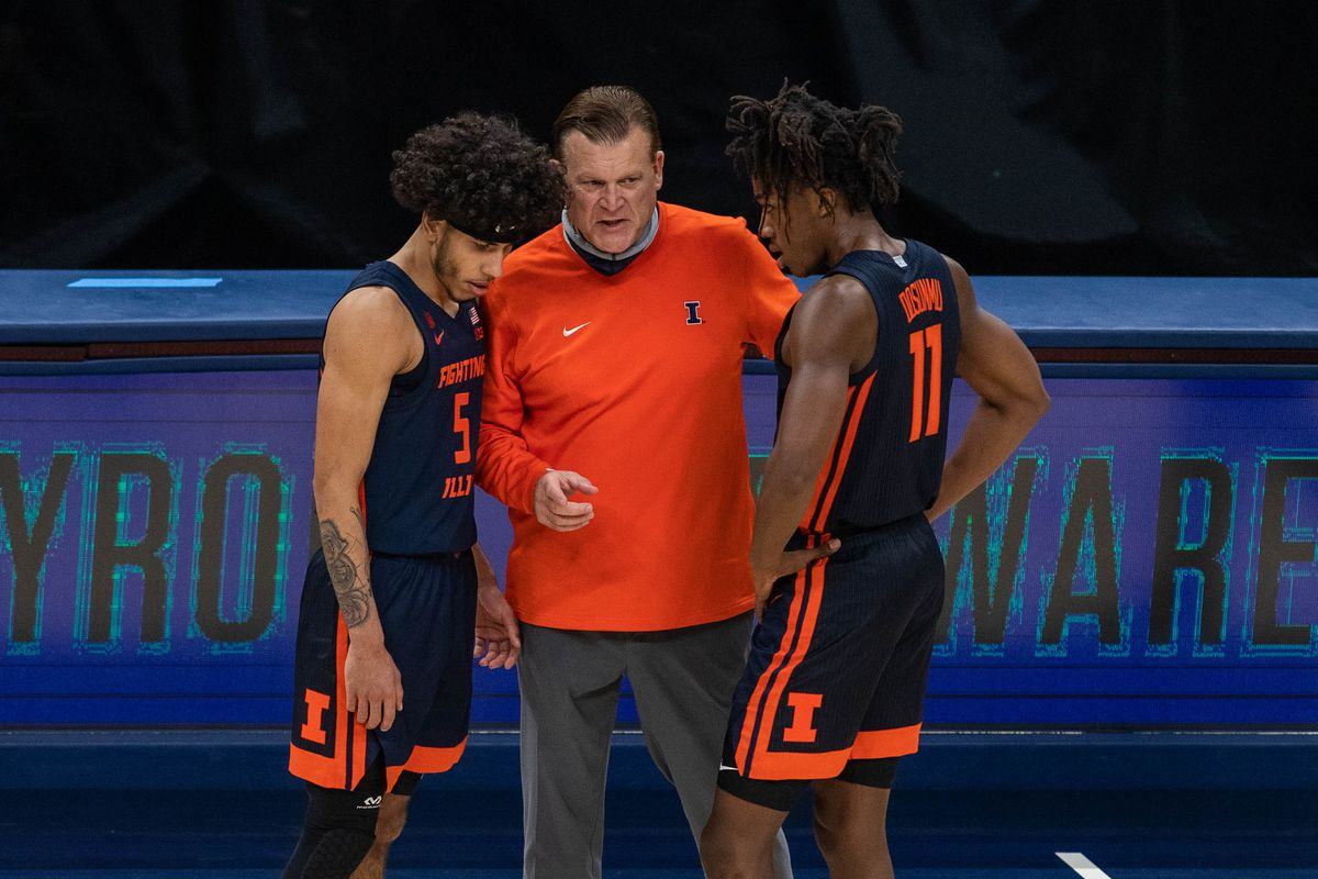 Illinois Fighting Illini head coach Brad Underwood talks with guard Andre Curbelo and guard Ayo Dosunmu in the second half against the Baylor Bears at Bankers Life Fieldhouse.