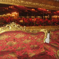 Tufted damask banquettes provide seating for up to 150.