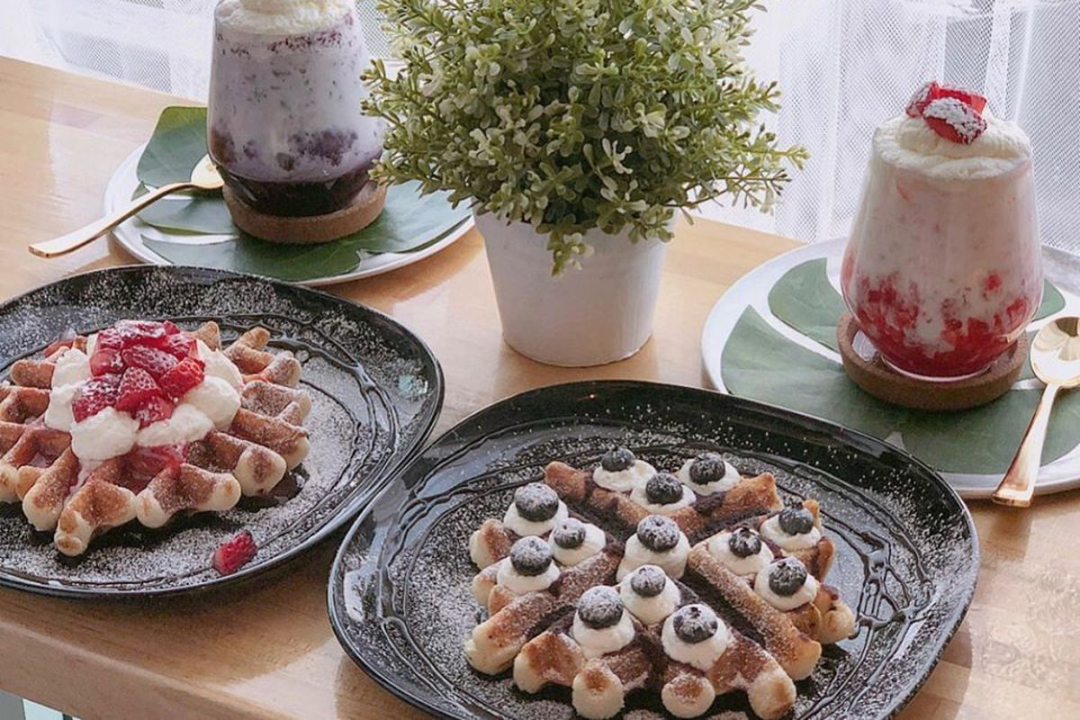 Blueberry latte, strawberry latte, a blueberry waffle, and a strawberry waffle at Sweet Box.