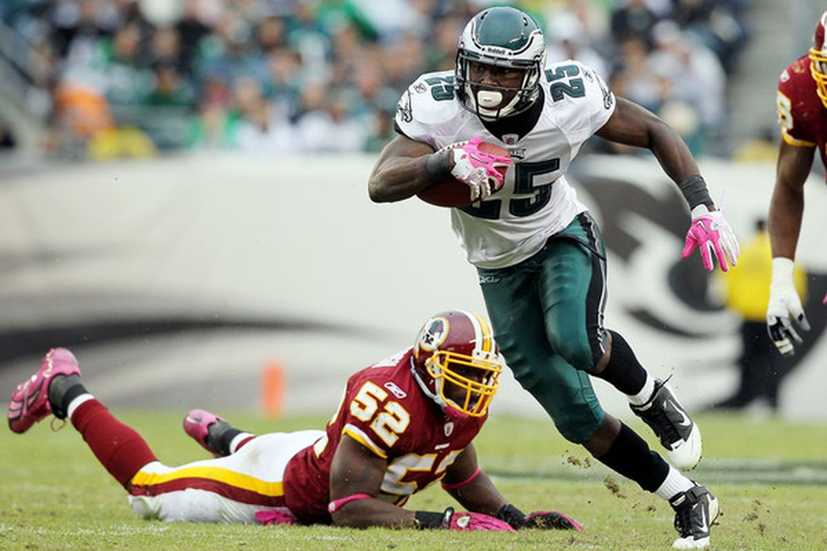 PHILADELPHIA - OCTOBER 03:  LeSean McCoy #25 of the Philadelphia Eagles runs the ball past Rocky McIntosh #52 of the Washington Redskins on October 3 2010 at Lincoln Financial Field in Philadelphia Pennsylvania.  (Photo by Jim McIsaac/Getty Images)