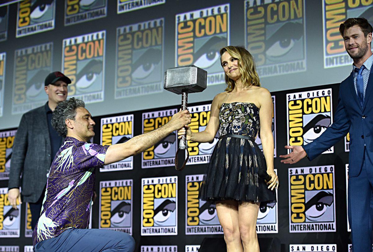 Taika Waititi and Chris Hemsworth pass the hammer to Natalie Portman at sdcc 2019