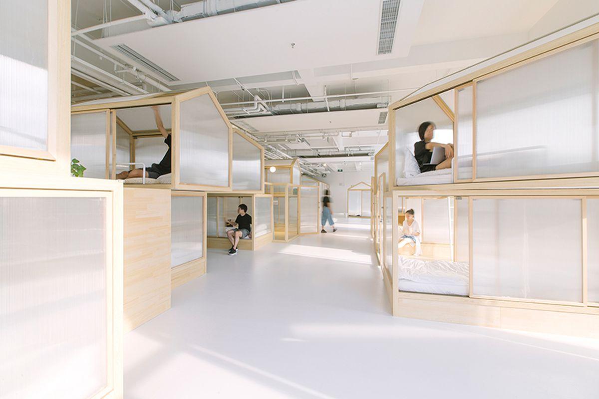 Minimalist tiny houses fill up modern beijing hostel for Hostel design