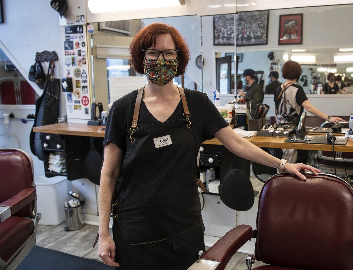 La coiffeuse Tara Williams travaille chez Esquire Barber Shop à Andersonville depuis 12 ans.