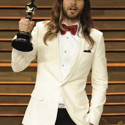 """""""<strong> Jared Leto </strong> consistently tries new and exciting choices for red carpets. I thought the cream was a great choice in that he mixed it with the red bow tie and black, tailored pants. The color choices were unconventional and really stood o"""