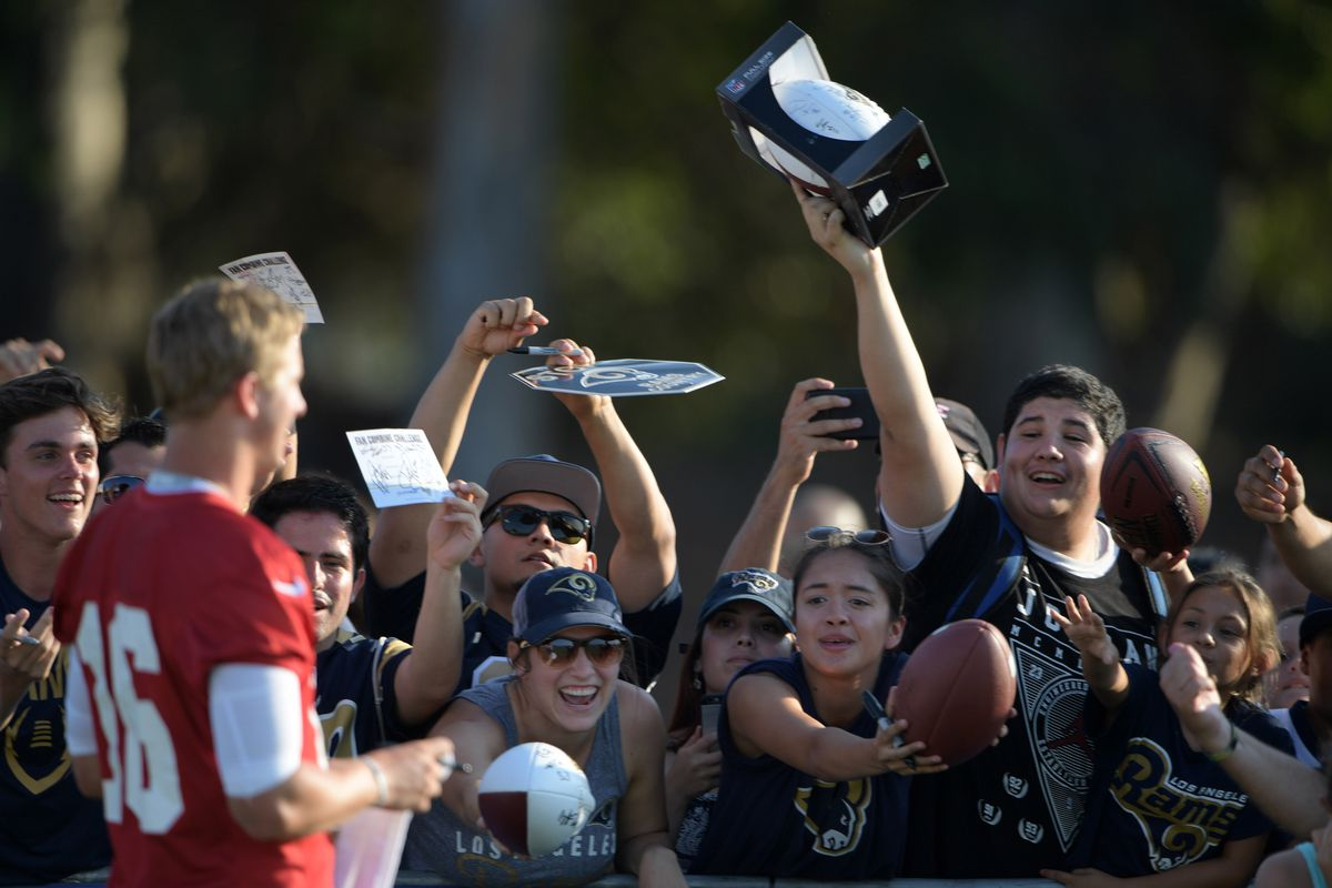 Los Angeles Rams QB Jared Goff signs autographs for fans at training camp at UC Irvine, Jul. 31, 2016.
