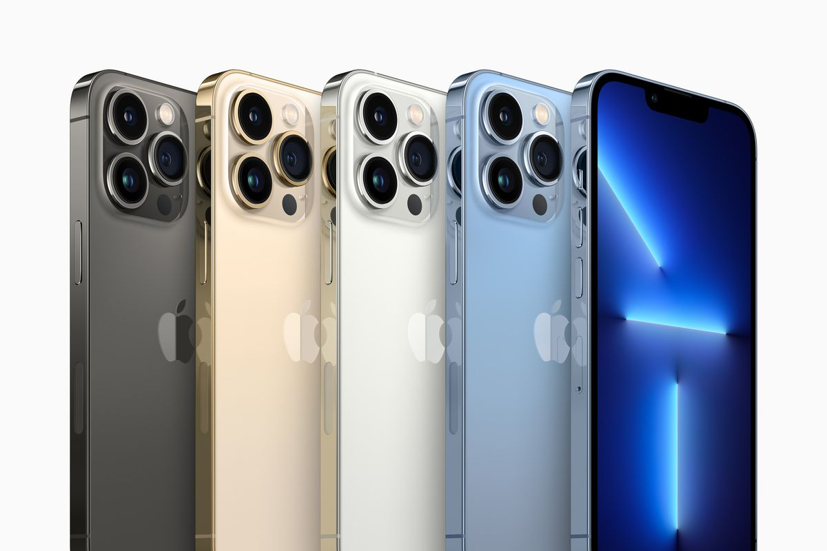 iPhone 13 Pro and iPhone 13 Pro Max phones from Apple.