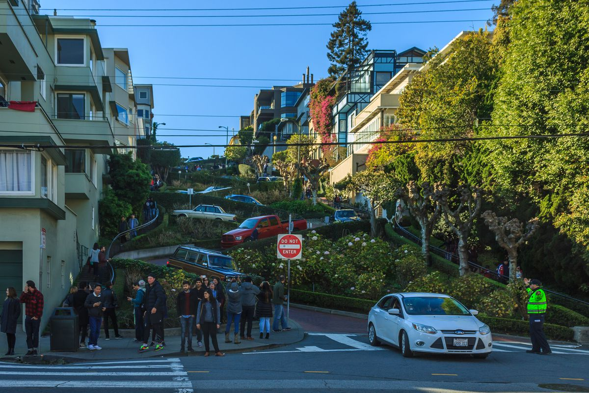 People and cars clogging up Lombard Street.