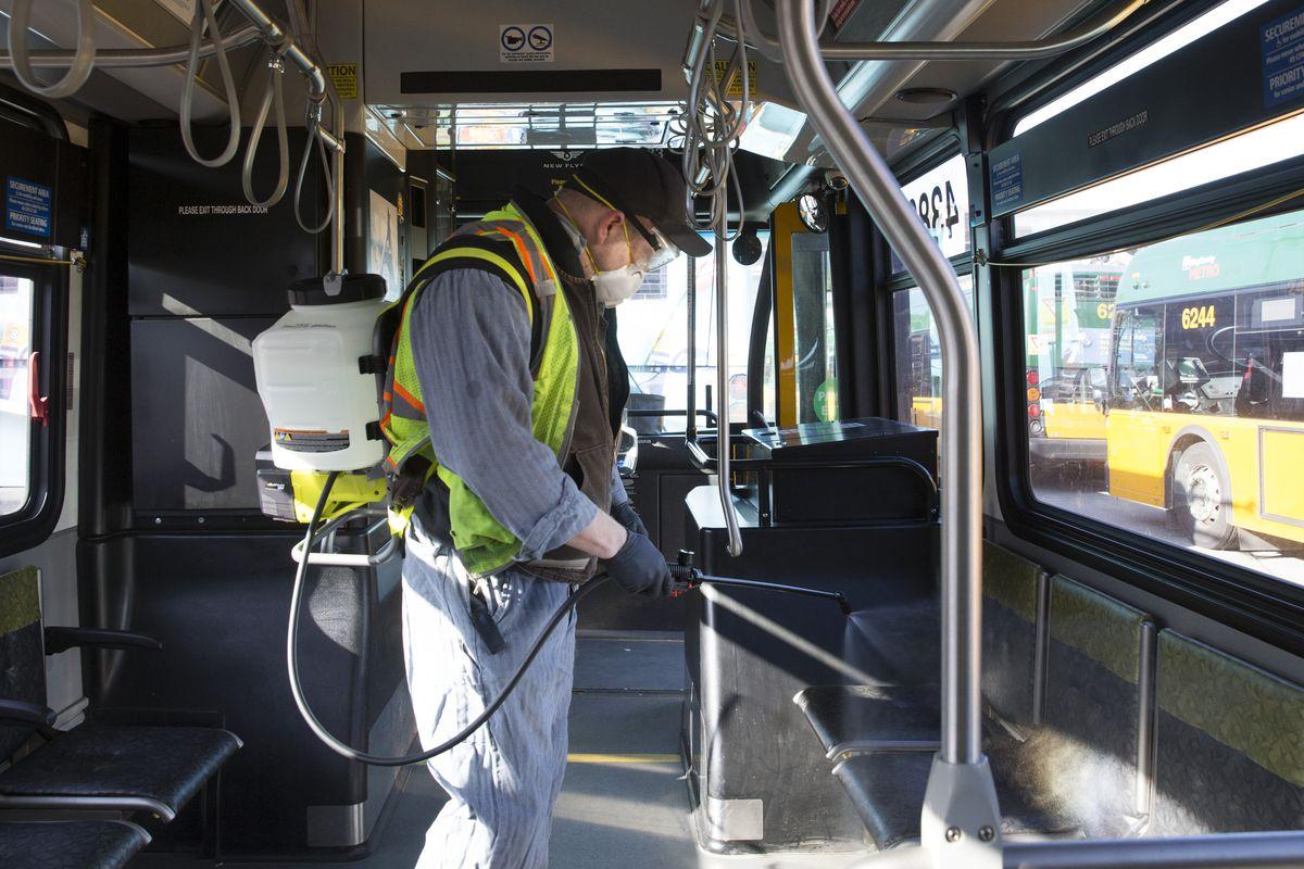 Cidade de Seattle desinfeta e limpa espaços públicos, com 6 mortes na área resultantes de coronavírus
