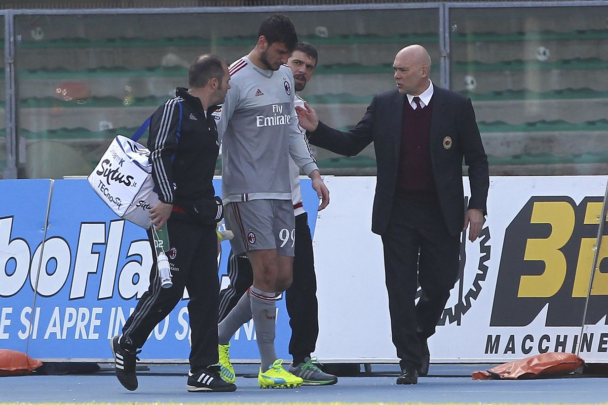 Gianluigi Donnarumma carried off the field by Milan's medical staff.