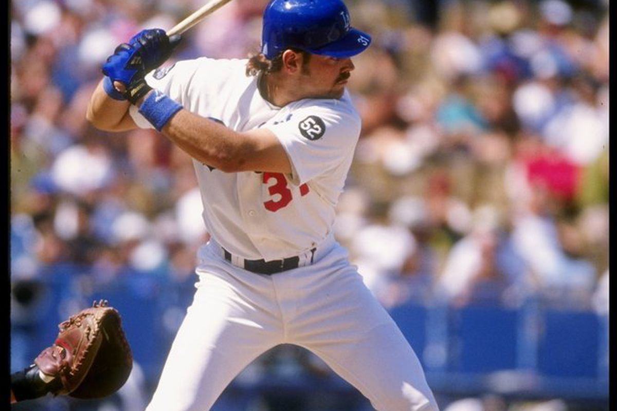 Mike Piazza hit two home runs on the final day of the regular season in 1993 as the Los Angeles Dodgers eliminated the rival San Francisco Giants from the playoffs. (<em>Getty Images</em>)