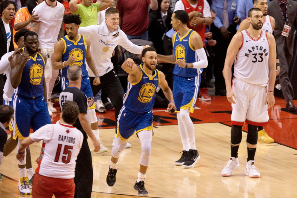 Stephen Curry, who had a game-high 31 points, celebrates after the Warriors defeated the Raptors 106-105 in Game 5 of the NBA Finals on Monday in Toronto.