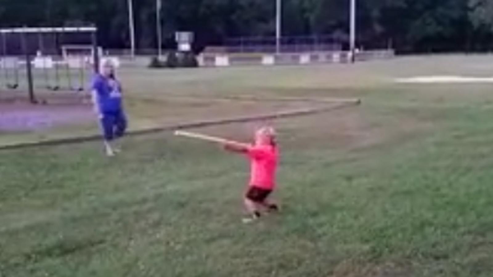 可爱的4岁小孩用枪声啪啪啪啪地叫出来