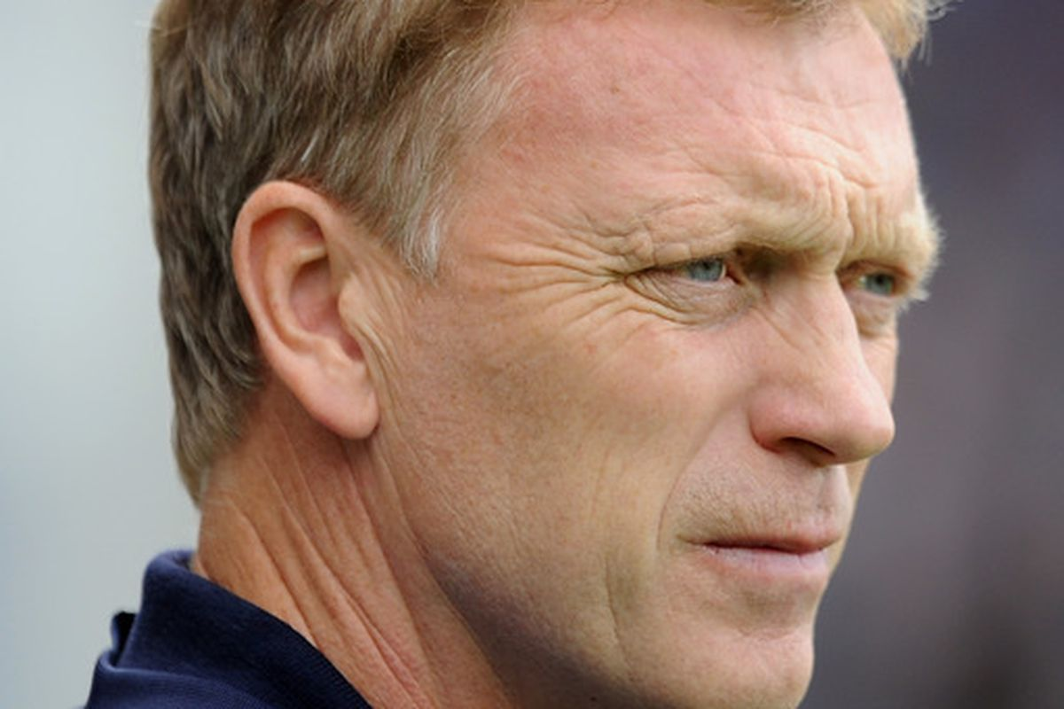 BLACKBURN, ENGLAND - AUGUST 27:  Everton manager David Moyes looks on during the Barclays Premier League match between Blackburn Rovers and Everton at Ewood Park on August 27, 2011 in Blackburn, England.  (Photo by Chris Brunskill/Getty Images)