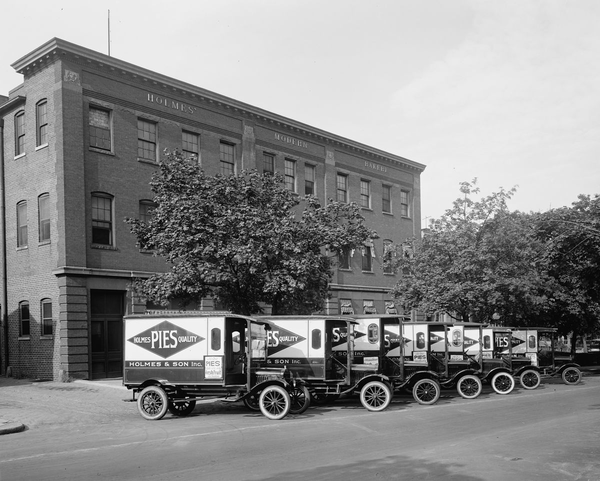 Pie delivery trucks circa 1926. Photo:  Buyenlarge/Getty Images
