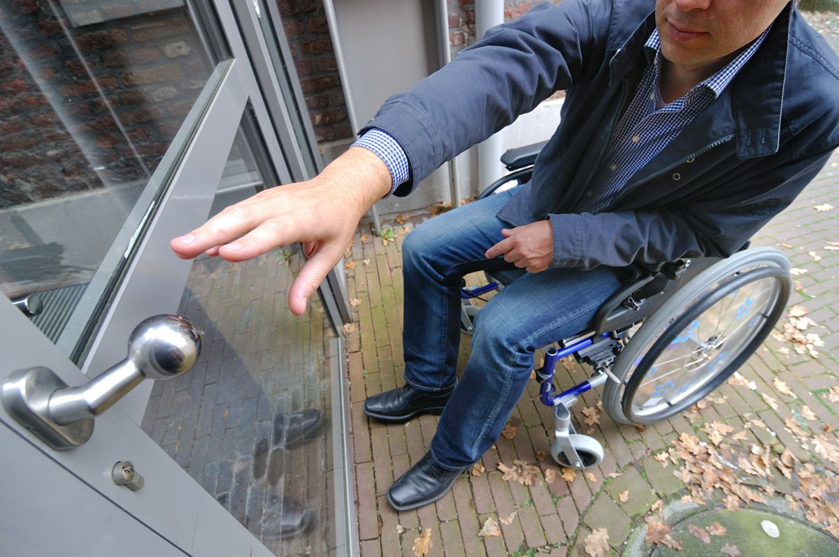 Many patients are faced with doors that require manual operation instead of automatic open/closing buttons, which impedes their access to medical facilities.