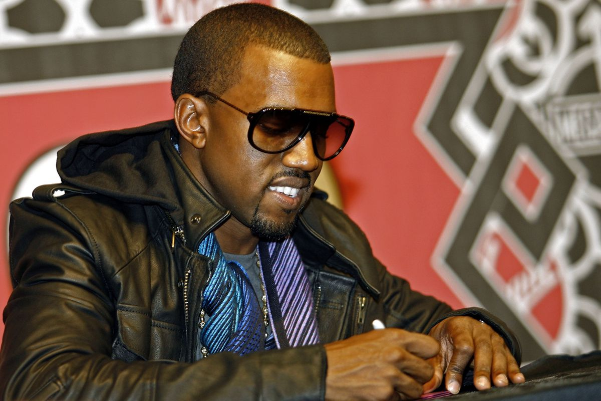 """Kanye West Signs Copies Of """"Graduation"""""""