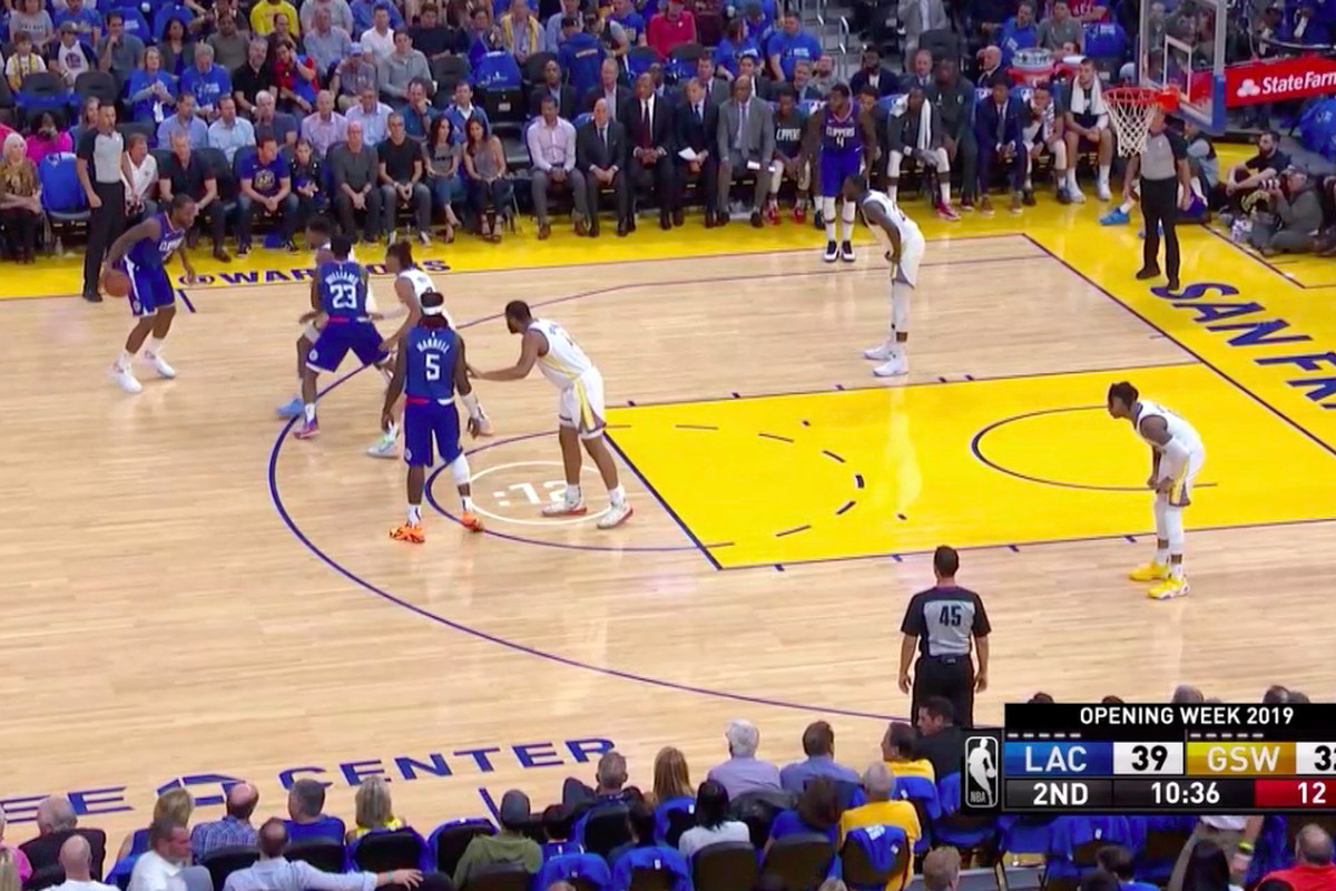 The Clippers run a set play against the Warriors.