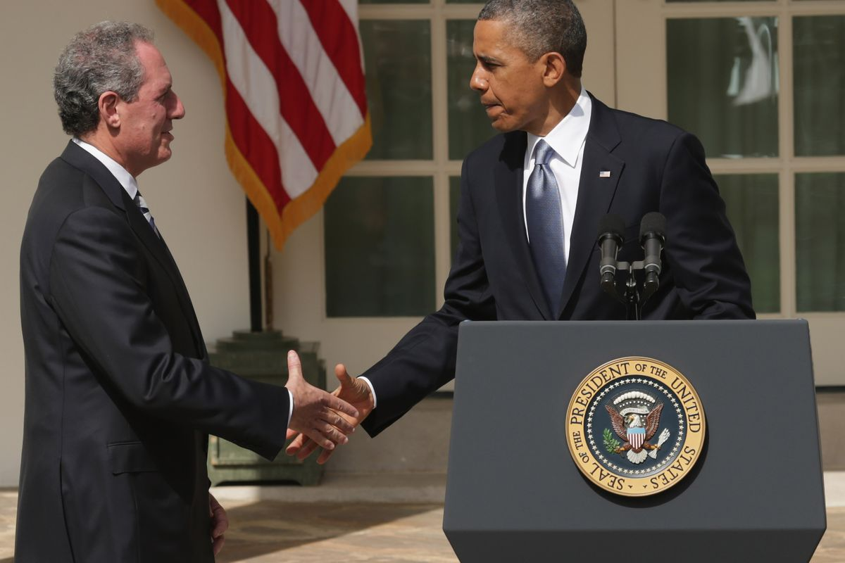 Michael Froman shakes hands with President Obama at his swearing-in to be United States trade representative.