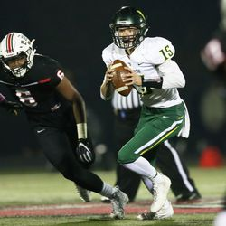 Waubonsie Valley's Jack Drow (15) pulls the ball down and runs. Allen Cunningham/For the Sun-Times.