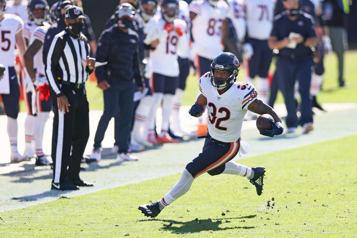 David Montgomery #32 of the Chicago Bears runs for yardage during the first quarter against the Jacksonville Jaguars at TIAA Bank Field on December 27, 2020 in Jacksonville, Florida.
