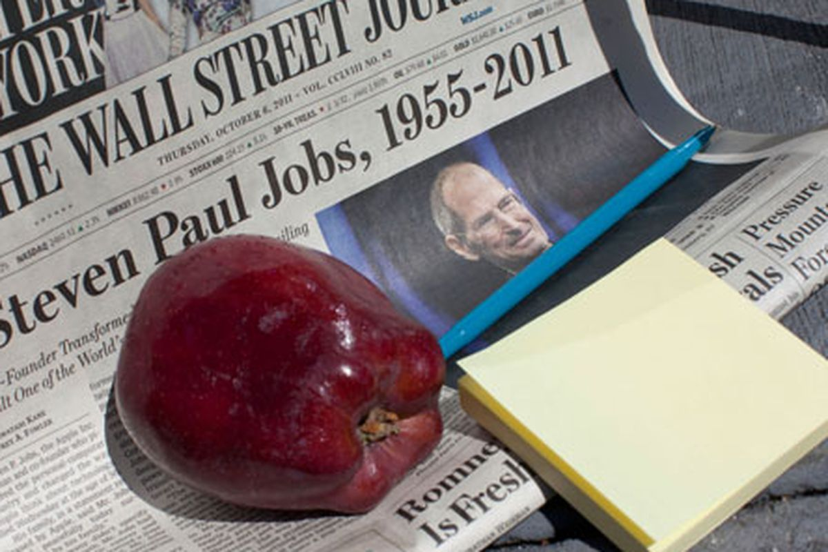A Steve Jobs tribute outside the 14th Street store on October 6. Image via Getty