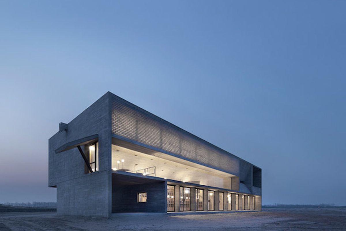 "All photos via <a href=""http://www.dezeen.com/2015/05/19/vector-architects-seashore-library-coast-china-board-marked-cast-concrete-walls/"">Dezeen</a>"