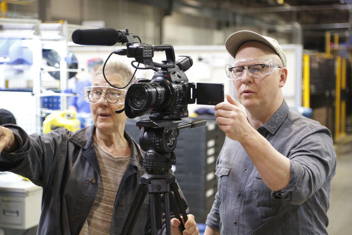 Tài liệu Julia Re Richt và Steve Bognar với máy quay phim của họ tại vị trí cho American Factory.