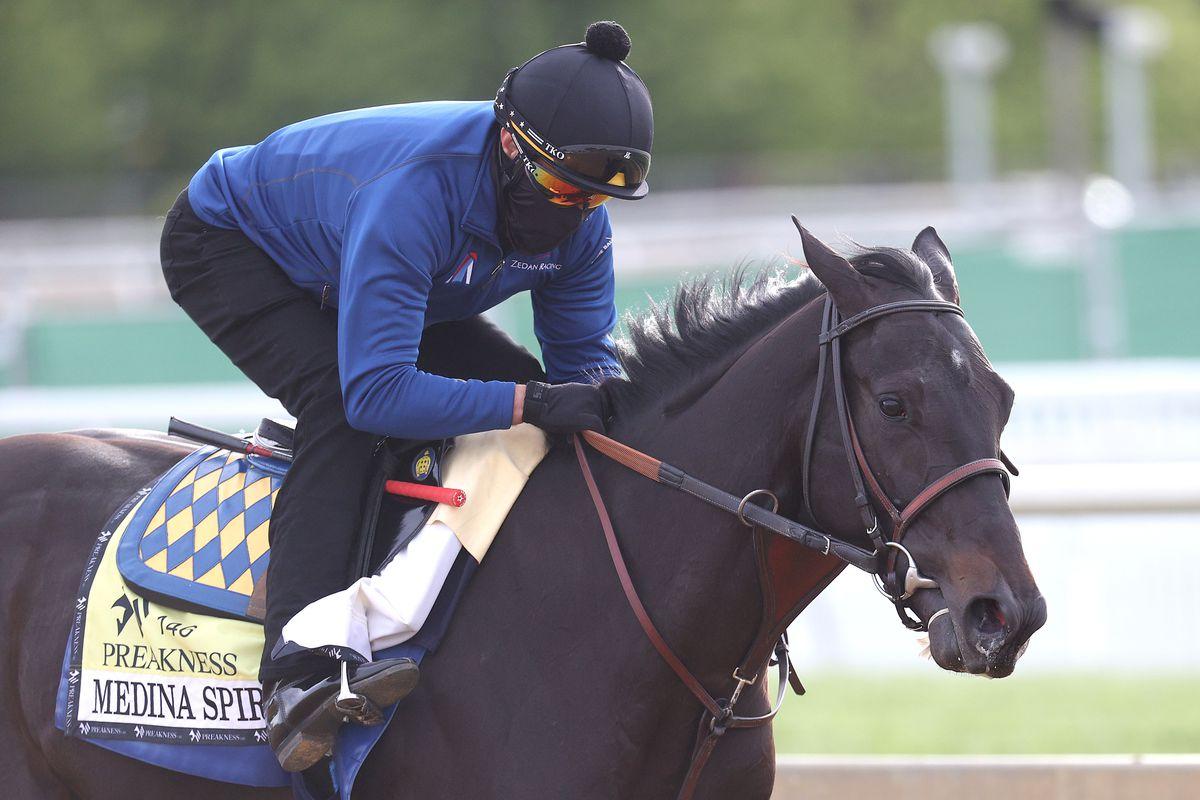 练习骑士亨伯托·戈麦斯在培训赛期间,在马里兰州波尔的摩2021年5月12日在马里兰州巴尔的摩,在马里兰州巴尔的摩,肯塔基·赛道,在即将到来的Pimlico Race课程的培训赛中,在赛道上采取肯塔基·德比冠军和牧师参赛者麦地那精神。