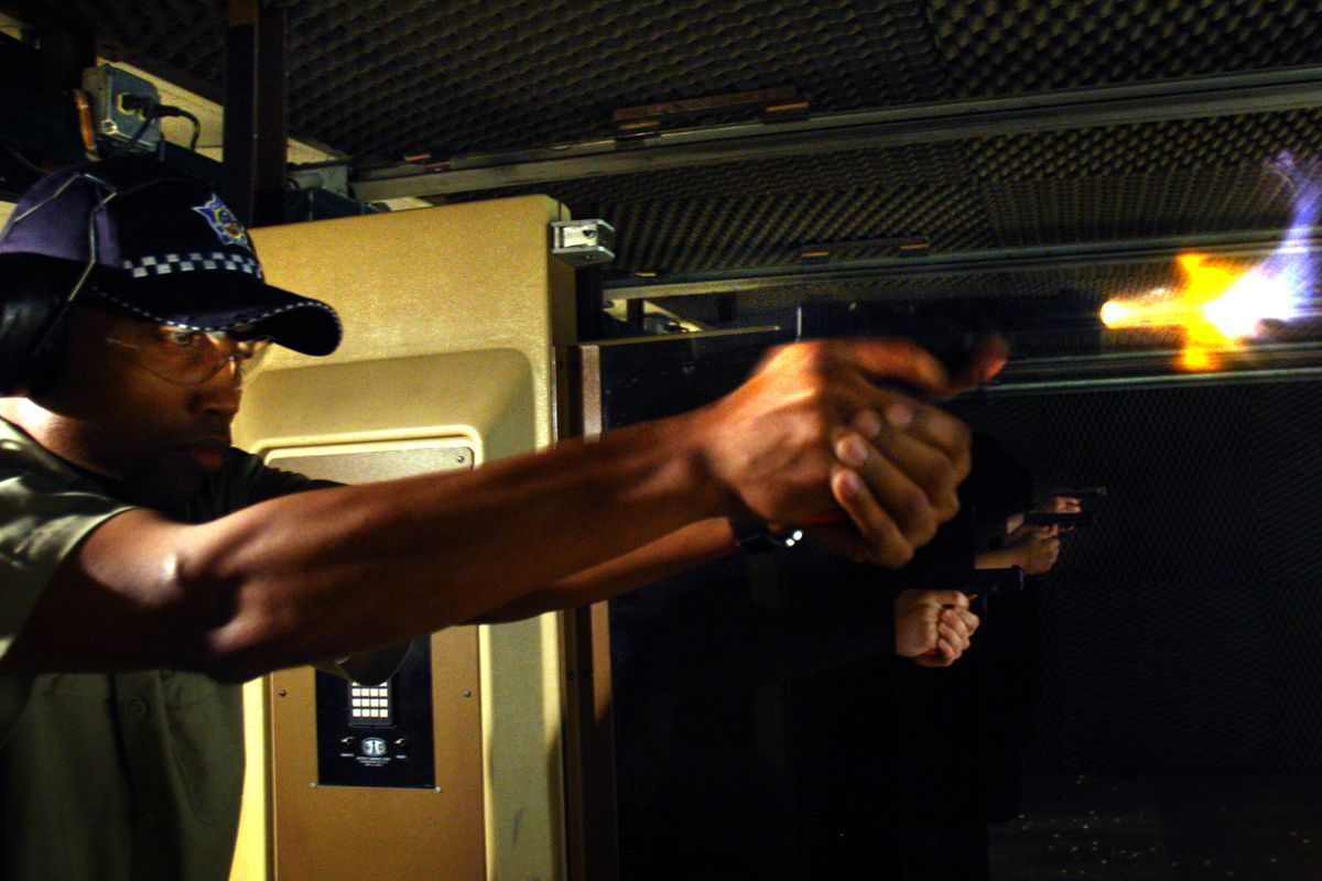 How do police departments train cops how to use force? - Vox