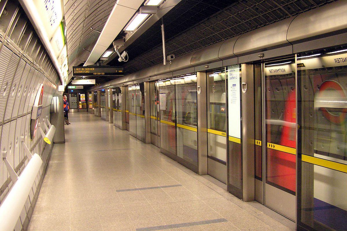 "via <a href=""http://upload.wikimedia.org/wikipedia/commons/b/b8/Westminster.tube.station.jubilee.arp.jpg"">upload.wikimedia.org</a>"