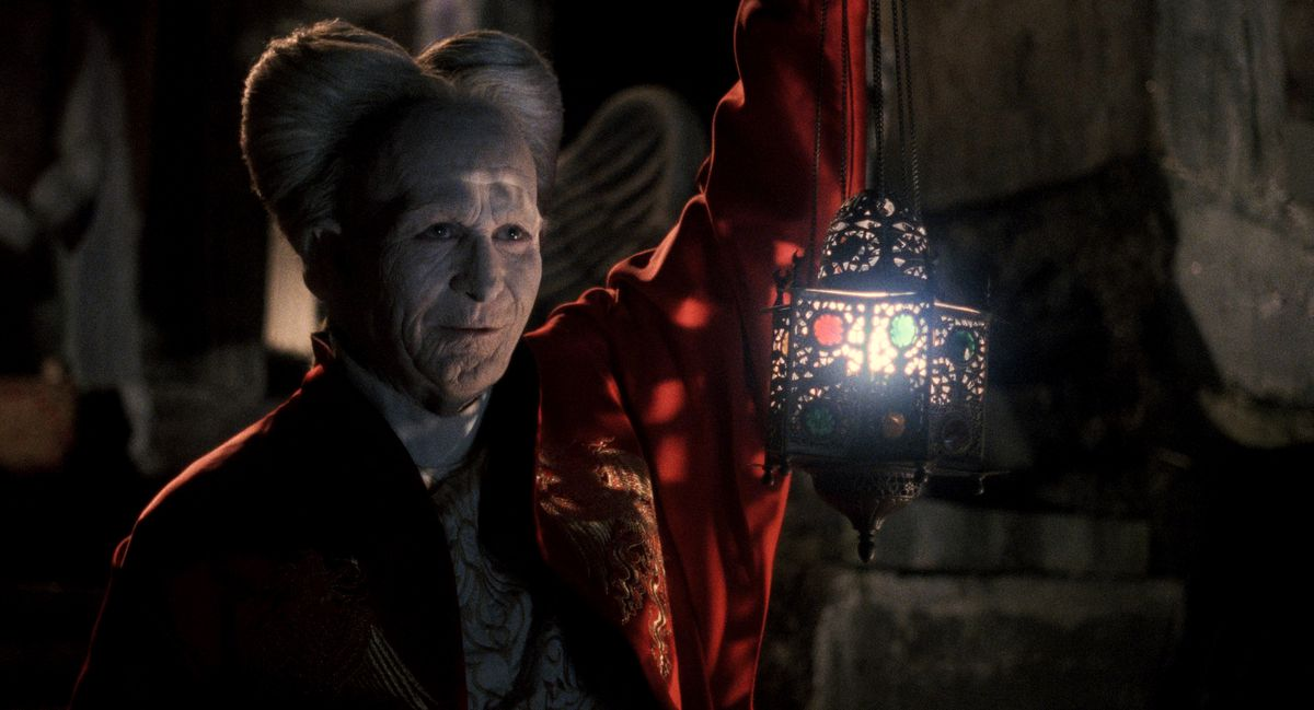 Bram Stoker's Dracula: Dracula (gary oldman) holds a lantern